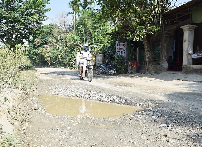 Một tuyến ĐH bị hư hỏng ở huyện Tiên Phước gây khó khăn cho việc đi lại của người dân.