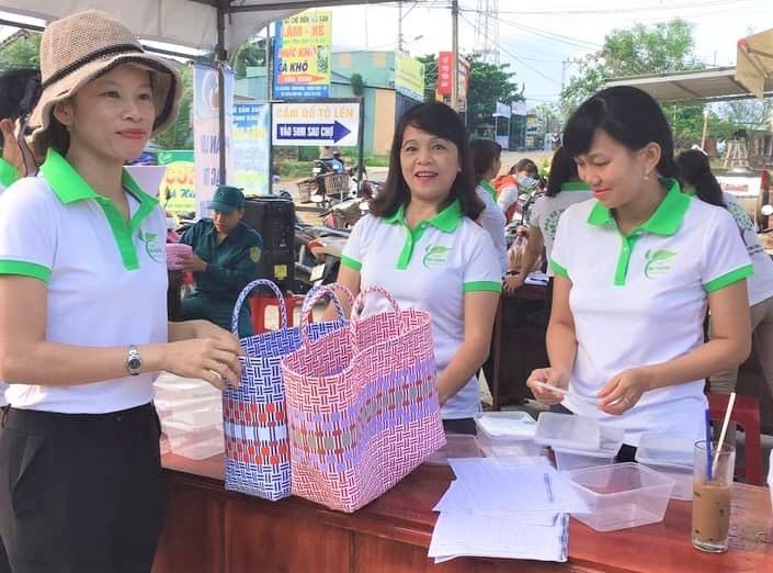 UBND xã Bình Minh phát động phong trào sử dụng giỏ xách đi chợ để hạn chế túi ni lông. Ảnh: L.Đ