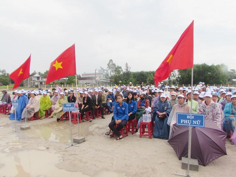 Lễ công bố xã đạt chuẩn nông thôn mới ở Núi Thành. Ảnh: VĂN PHIN
