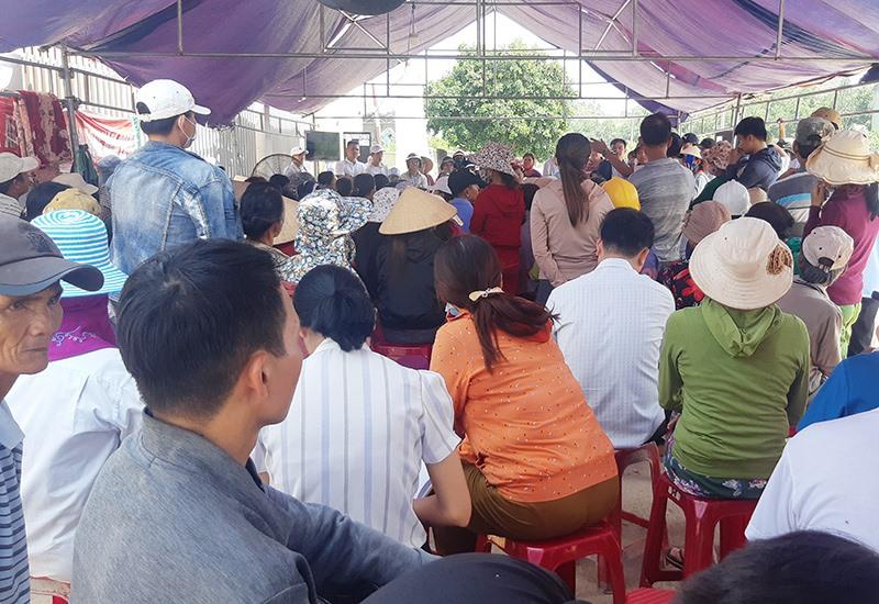 Rất đông người dân địa phương tham dự buổi đối thoại về sự cố tràn dầu tại Nhà máy cồn Đại Tân. Ảnh: HOÀNG LIÊN