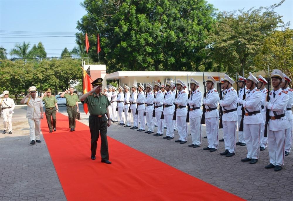 Đại tướng Tô Lâm - Bộ trưởng Bộ Công an duyệt đội hình danh dự Công an tỉnh Quảng Nam. Ảnh: X.M