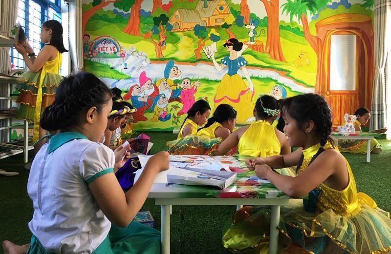 """Học sinh Trường Tiểu học Phan Đình Phùng đọc sách tại """"Thư viện thân thiện"""". Ảnh: H.C"""