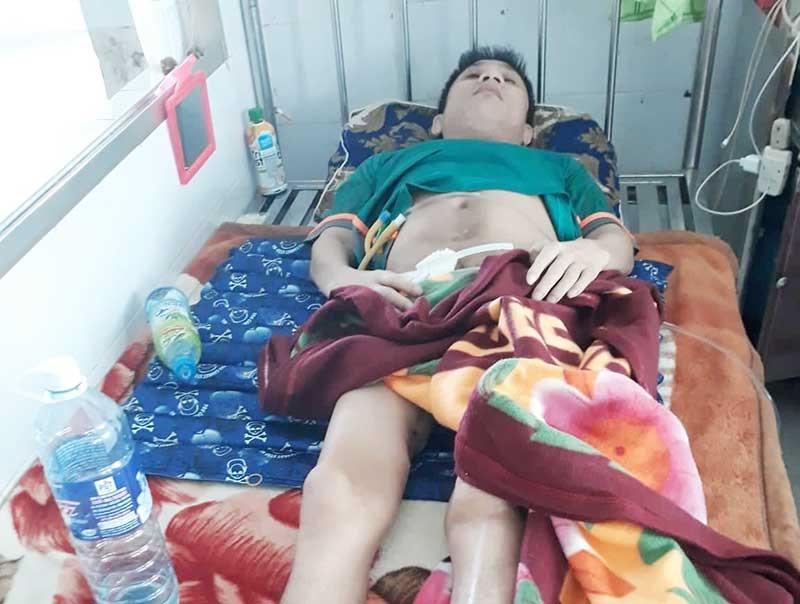 Anh Huỳnh Văn Sỹ nằm bất động trên giường bệnh. Ảnh: H.A