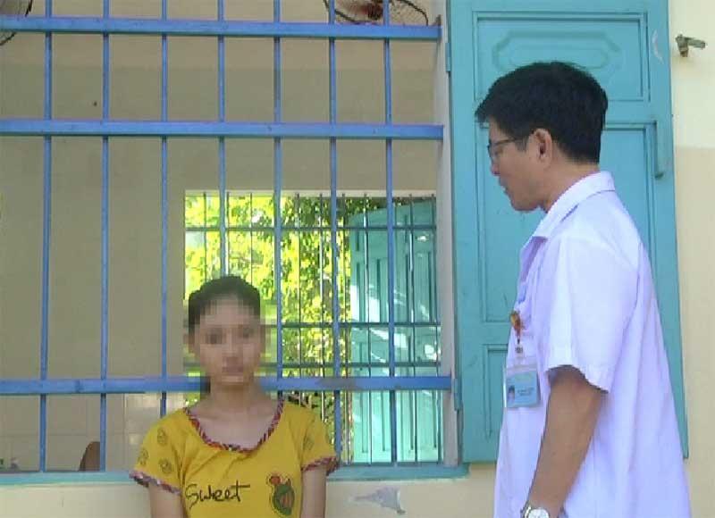 BS. Lê Tấn Thơ trò chuyện cùng bệnh nhân được ghi nhận tâm thần phân liệt ở tuổi học đường. Ảnh: T.Q