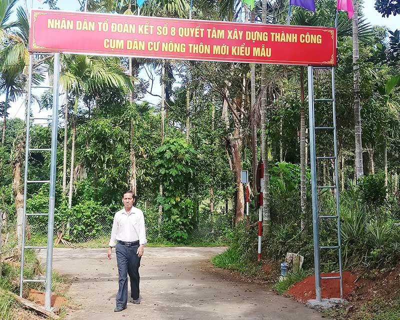 Cổng chào cụm dân cư nông thôn mới kiểu mẫu do các thành viên trong cụm cùng với chính quyền chung tay xây dựng. Ảnh: N.H