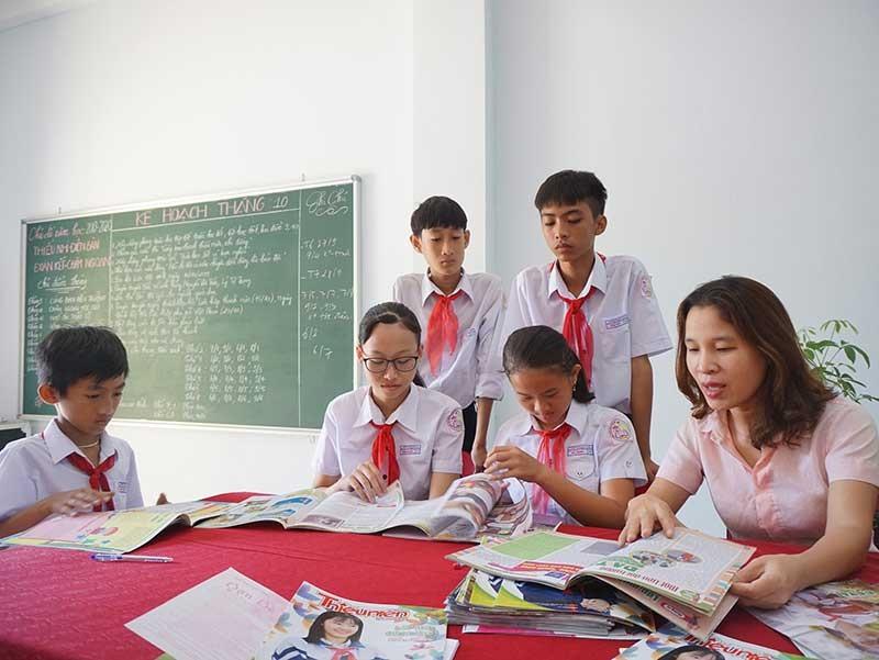Cô giáo Tổng phụ trách Đội phổ biến kế hoạch sinh hoạt CLB học tập trong phạm vi nhà trường. Ảnh: N.TRANG