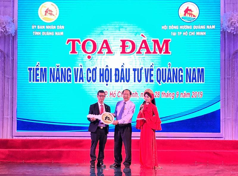 Chủ tịch UBND tỉnh Đinh Văn Thu trao biểu tượng chìa khóa đầu tư cho Hội Doanh nhân Quảng Nam phía Nam tại buổi tọa đàm. Ảnh: P.HOÀNG