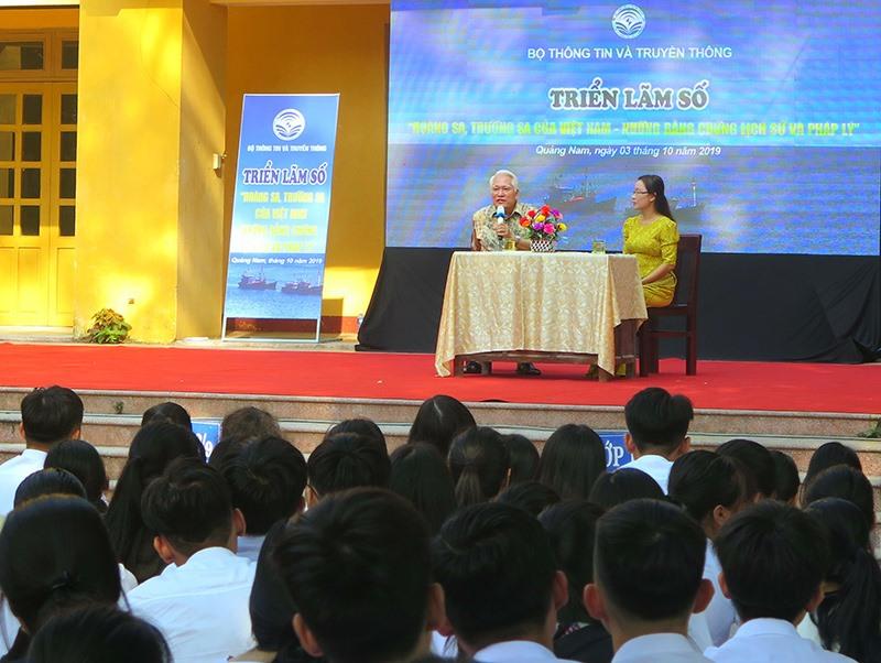 PGS-TS. Nguyễn Chu Hồi nói chuyện với học sinh về chủ quyền của Việt Nam đối với hai quần đảo Hoàng Sa - Trường Sa. Ảnh: X.H