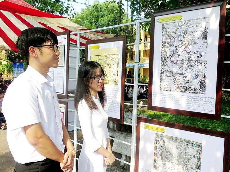 """Triển lãm số """"Hoàng Sa - Trường Sa của Việt Nam - Những bằng chứng lịch sử và pháp lý"""" tổ chức tại các trường THPT của Quảng Nam. Ảnh: X.H"""
