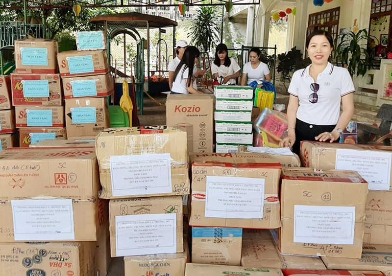 Các trường học ở Tam Kỳ chuẩn bị quà tặng các trường học ở Nam Trà My. Ảnh: C.N