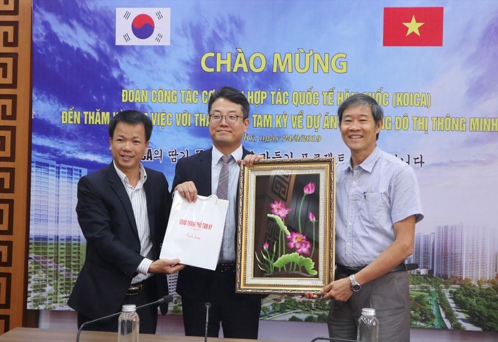 Tam Ky leaders and Deputy Director Yang Kyo Mo.