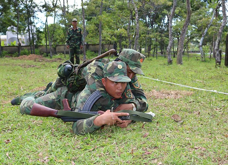 Các chiến sĩ luyện tập chuyển thương binh, bệnh binh trong chiến đấu. Ảnh: AN KHANG