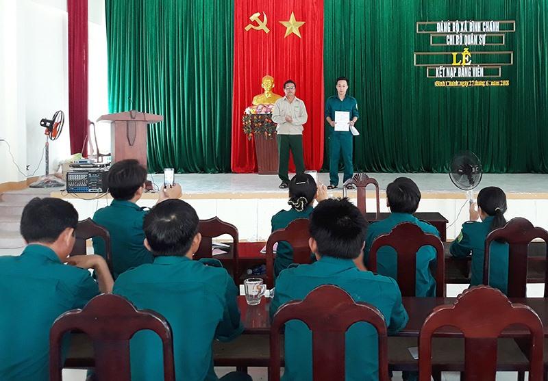 Chi bộ quân sự xã Bình Chánh tổ chức lễ kết nạp đảng viên mới. Ảnh: V.TOÀN