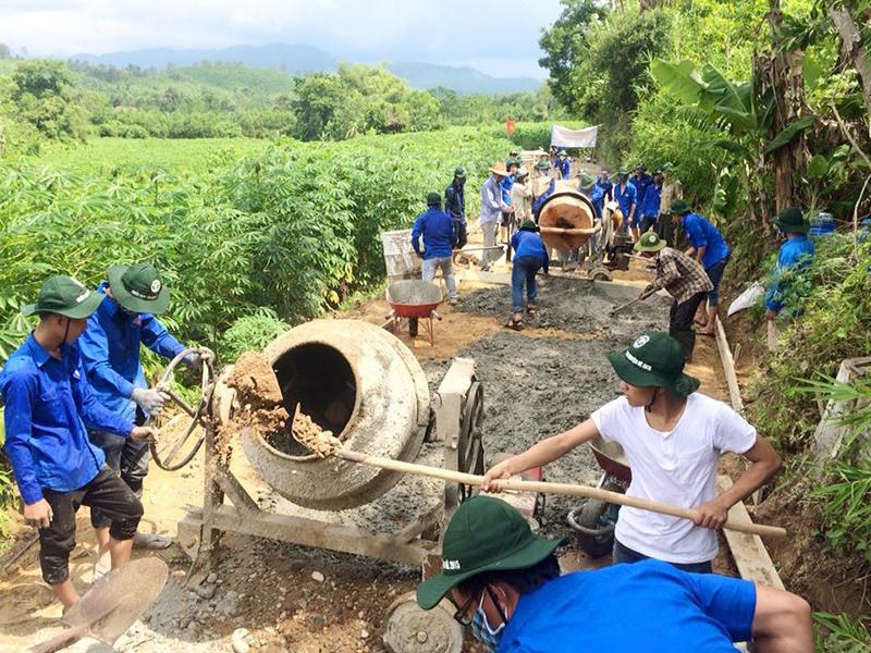 Tuổi trẻ Quảng Nam tham gia làm đường giao thông, góp phần xây dựng nông thôn mới. Ảnh: THÁI CƯỜNG