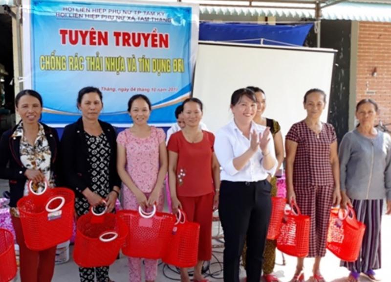 Hội LHPN xã Tam Thăng tặng giỏ đi chợ cho hội viên. Ảnh: T.Q
