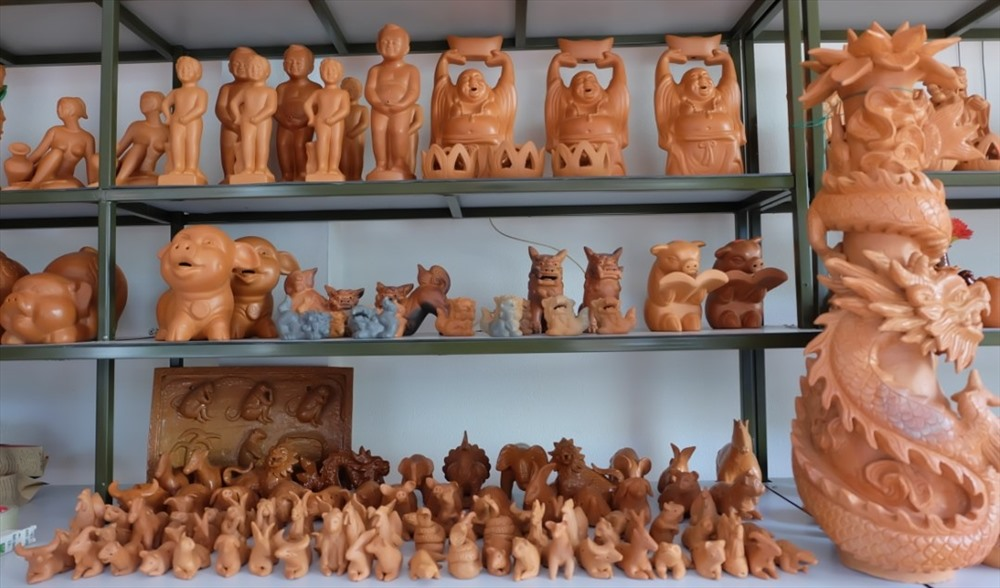 Thanh Ha pottery village creates three main product lines including traditional products, souvenirs and handicraft products.