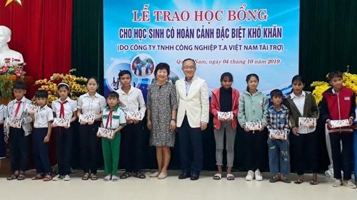 Ông Tony U Yi - Chủ tịch HĐQT Công ty TNHH Công nghiệp T.A Việt Nam trao học bổng cho học sinh. Ảnh: X.P