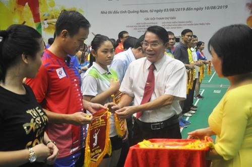 Phó Chủ tịch Liên đoàn Cầu lông Việt Nam Lê Tấn Đạt động viên các vận động viên tại lễ khai mạc. Ảnh: T.V