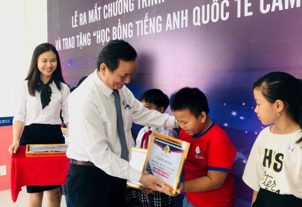 Trung tâm AMA Quảng Nam trao học bổng cho học sinh vượt khó, học giỏi. Ảnh: C.N
