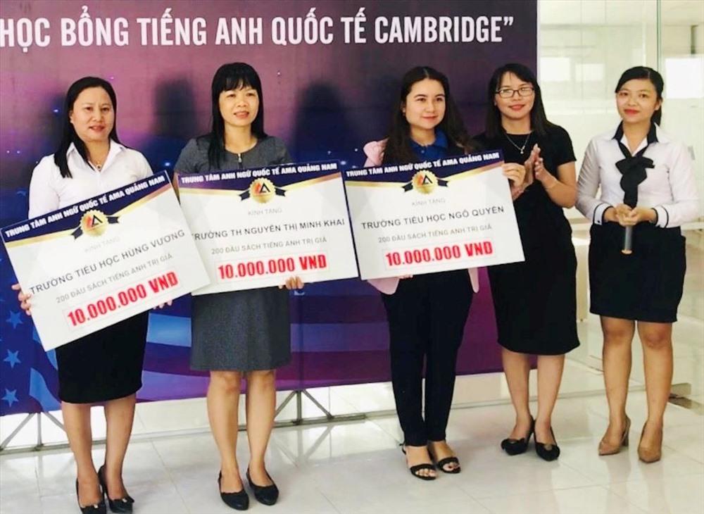 Trung tâm AMA Quảng Nam trao tủ sách cho các trường học. Ảnh: C.N
