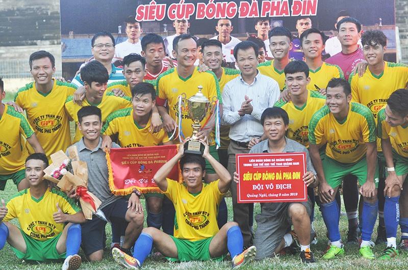 Lãnh đạo TP.Tam Kỳ và đội bóng ăn mừng cúp vô địch trên sân tỉnh Quảng Ngãi. Ảnh: T.V