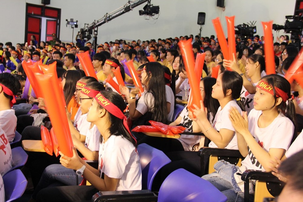 Khán giả cổ vũ cuồng nhiệt cho các thí sinh. Ảnh:A.N