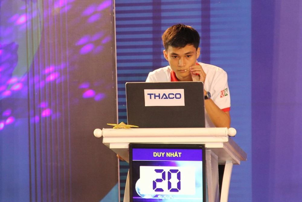 Thí sinh Võ Duy Nhất đến từ Trường THPT Bắc Trà My trả lời phần thi của mình. Ảnh: A.N
