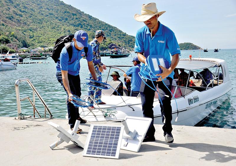 Thanh niên Quảng Nam triển khai hoạt động thắp sáng đường quê bằng năng lượng mặt trời tại Cù Lao Chàm. Ảnh: VINH ANH
