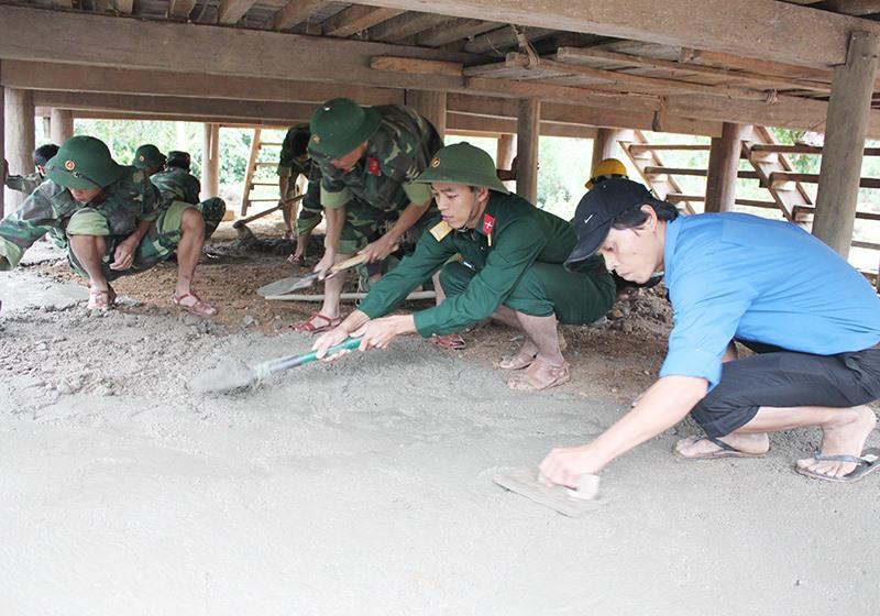 Lực lượng vũ trang tỉnh giúp người dân xã Cà Dăng, huyện Đông Giang xây dựng nông thôn mới. Ảnh: TUẤN ANH