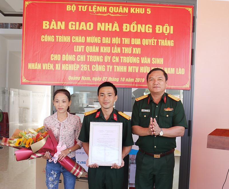 Đại tá Võ Văn Hưng - Chủ nhiệm Chính trị Quân khu 5 trao quyết định bàn giao nhà cho gia đình Trung úy QNCN Trương Văn Sinh. Ảnh: V.HÙNG
