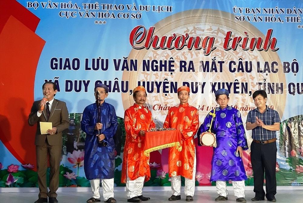 Cục Văn hóa cơ sở tặng dụng cụ biểu diễn cho đội hát sắc bùa xã Duy Châu. Ảnh: HOÀI NHI