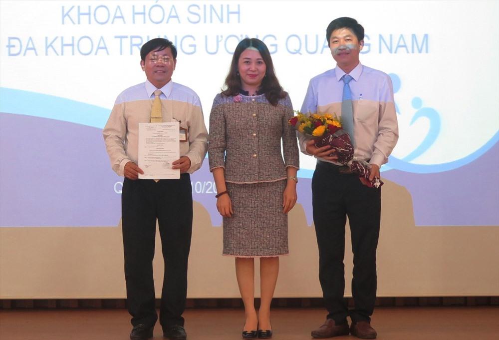 Văn phòng Công nhận chất lượng (Bộ Khoa học công nghệ) trao chứng chỉ ISO 15189 cho Khoa Hóa Sinh - Bệnh viện Đa khoa Trung ương Quảng Nam. Ảnh: X.H