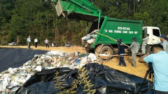 Xe rác đầu tiên đưa vào xử lý ở khu xử lý rác thải Tam Xuân 2 sau 3 tháng bị ngăn cản. Ảnh: H.P