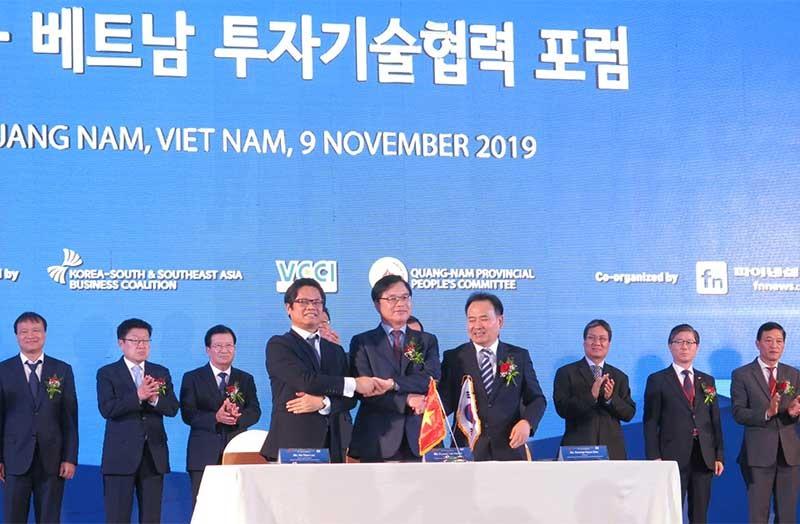 Ký kết biên bản ghi nhớ hợp tác, liên kết kinh doanh giữa doanh nghiệp hai nước tại Hội nghị thượng đỉnh kinh doanh Việt - Hàn.Ảnh: T.D