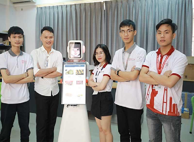 Các bạn sinh viên trong Nhóm nghiên cứu AI của Trường ĐH Duy Tân và robot thông minh. Ảnh: N.T.B