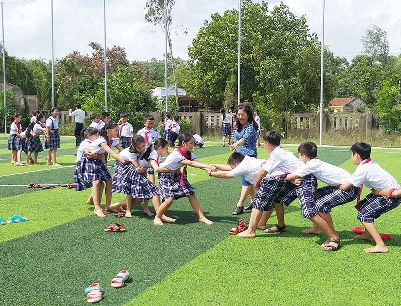 Học sinh Trường TH Ngô Quyền vui chơi tại sân cỏ mini nhân tạo do UBND phường đầu tư.Ảnh: Q.B
