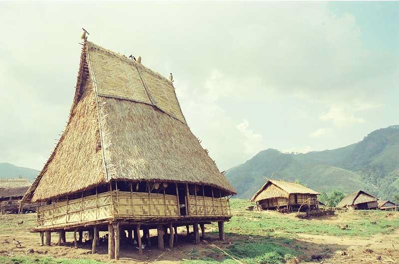 Nhà rông của người Xê Đăng bên sườn tây núi Ngọc Linh. Ảnh: T.VỊNH