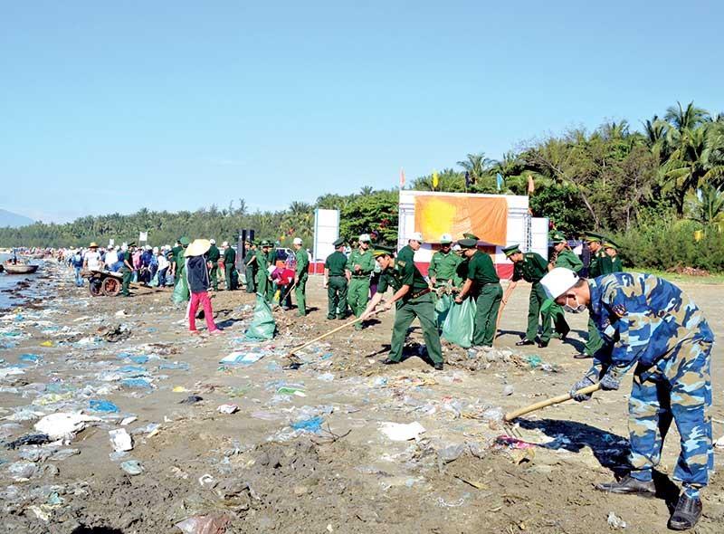 Các ngành chức năng của tỉnh dù liên tục dọn dẹp nhưng rác thải bao vây khu vực ven biển. Ảnh: VIỆT NGUYỄN