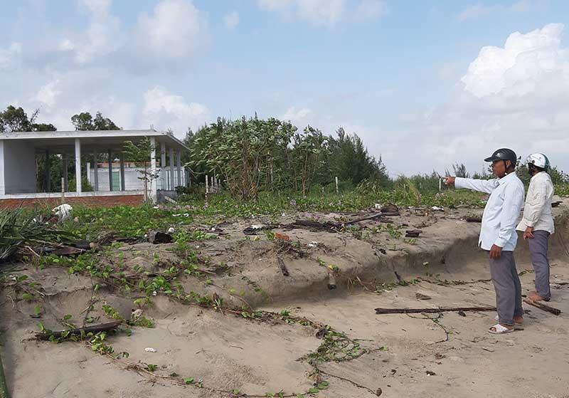 Một ngôi nhà ở thôn Thuận Trì (xã Duy Hải) thi công chưa hoàn thiện đã phải dừng lại, bỏ không vì sạt lở bờ biển, xâm thực gây nguy hại. Ảnh: VIỆT NGUYỄN