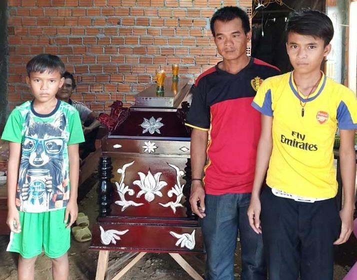 Anh Nguyễn Thanh Hùng (chồng chị Thảo) và hai con đau buồn trước mất mát quá lớn. Ảnh: B.N
