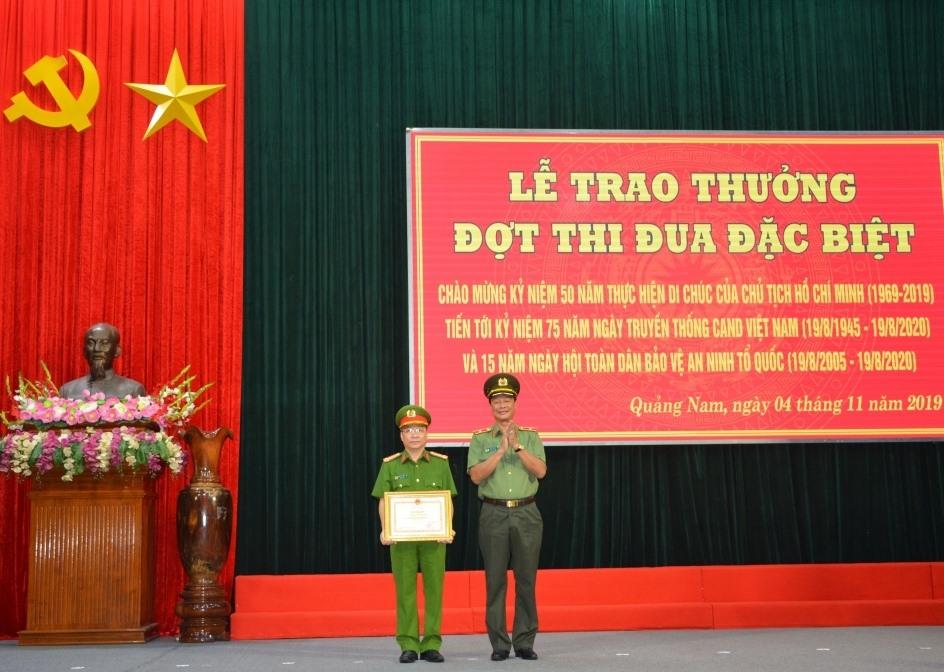 Thiếu tướng Lê Hồng Hiệp - Phó Cục trưởng Cục X03 trao Bằng khen của Bộ trưởng Bộ Công an cho Công an tỉnh Quảng Nam. Ảnh: C.V