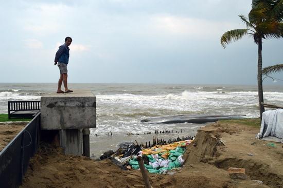 Nhiều đoạn bờ biển Cửa Đại bị sạt lở nặng nề.