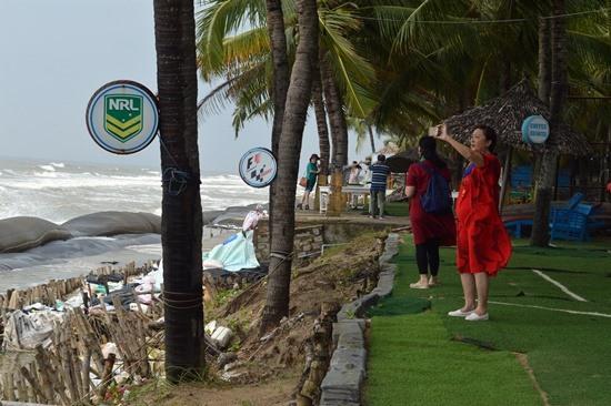 Du khách nước ngoài kinh ngạc trước tình trạng sạt lở bờ biển.