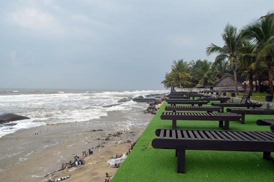Các khu vực nhà hàng trước sự uy hiếp của sóng biển.
