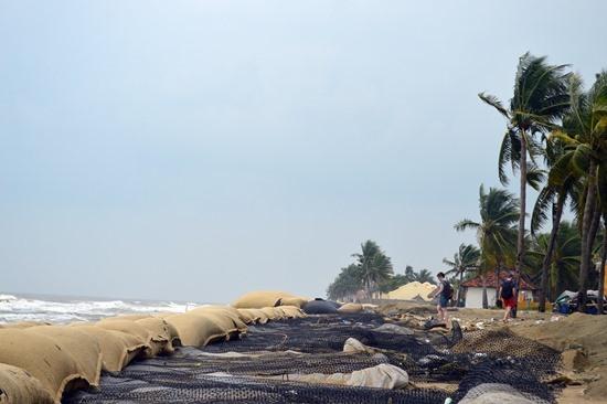 Hàng chục tỷ đồng đã được sử dụng vào việc kè chắn nhưng vẫn không ngăn cản được biển xâm thực.