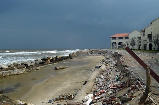 Một khách sạn bị bỏ hoang do biển xâm thực.