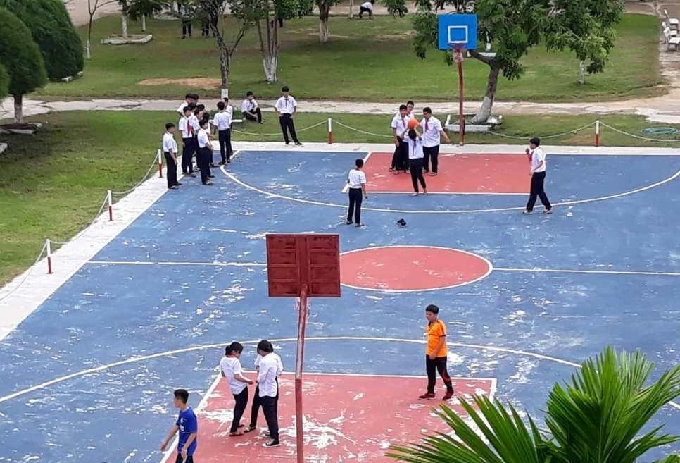 Học sinh Trường THCS Nguyễn Du (Tam Kỳ) chơi bóng rổ trong giờ giải lao (ảnh minh họa). Ảnh: C.N