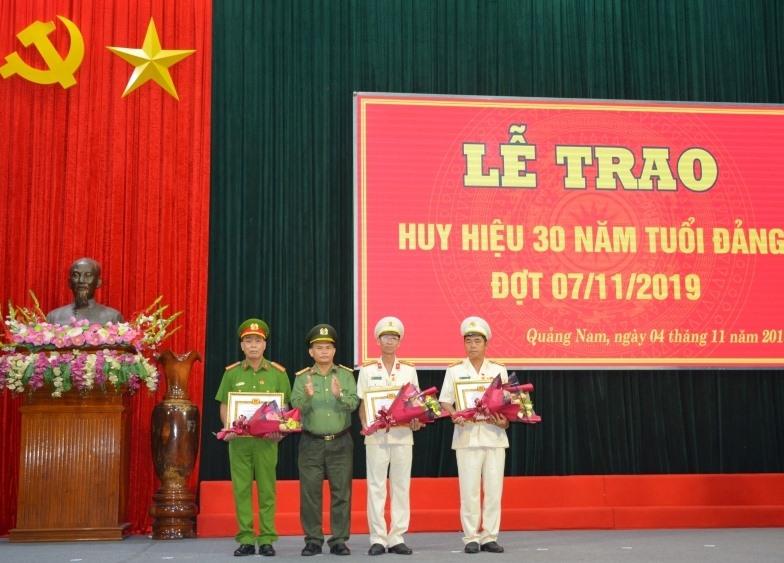 Đại tá Huỳnh Sông Thu - Phó Bí thư Đảng ủy, Phó Giám đốc Công an tỉnh trao Huy hiệu 30 năm tuổi Đảng cho 3 đảng viên. Ảnh: C.V