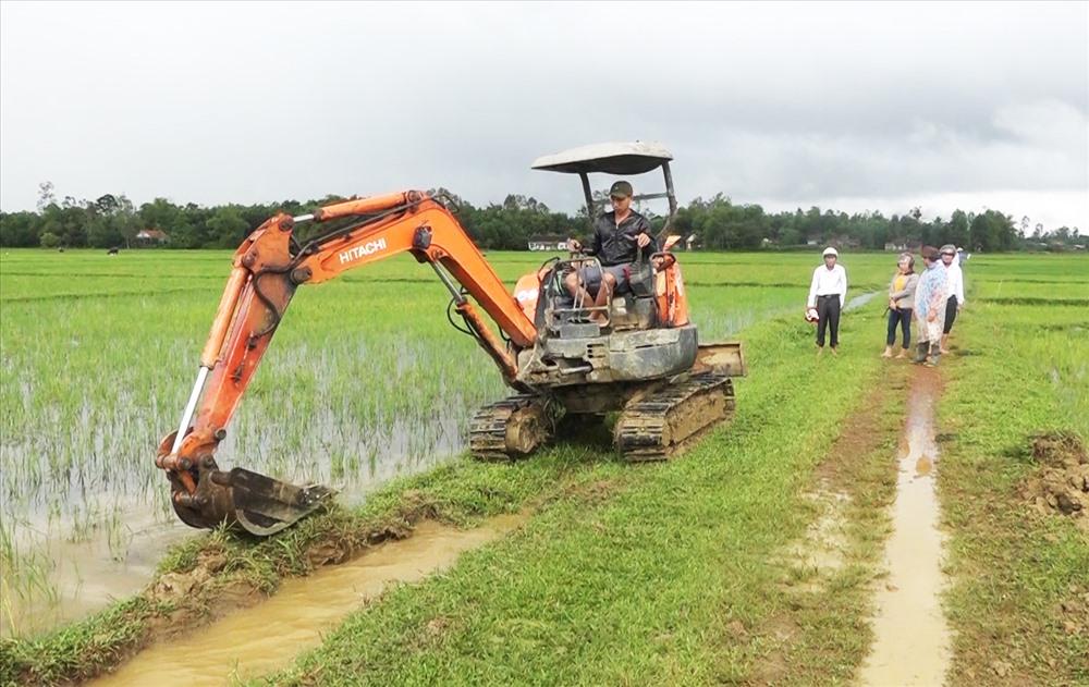 Thay đổi phương thức canh tác cộng với đưa cơ giới hóa xuống đồng ruộng đã giảm nhiều công sức của nông dân. Ảnh: PHAN VINH