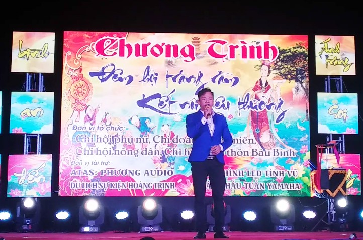 Anh Viên biểu diễn trong đêm nhạc thiện nguyện ở xã Bình Dương (Thăng Bình). Ảnh: NVCC